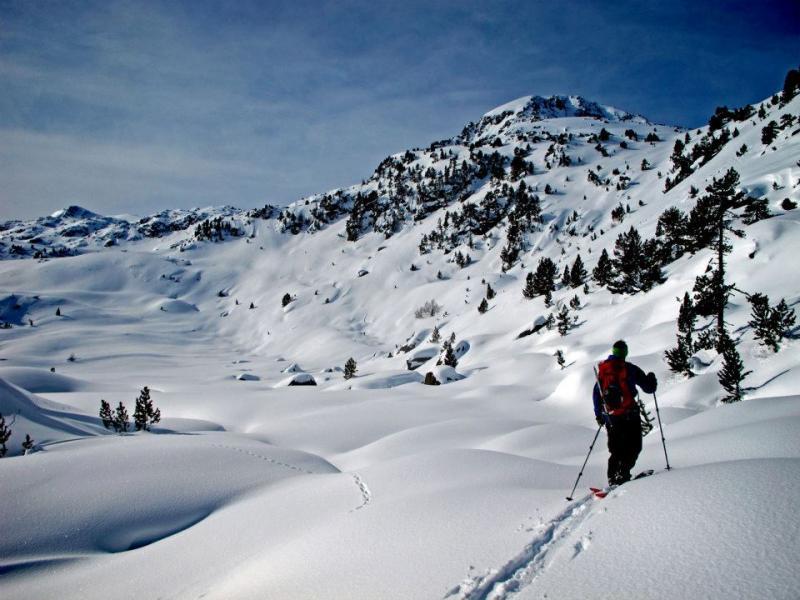 Los compañeros de Demencial Climbers nos dejan este fantástico vídeo de spliboard y montaña en estado puro. Que mejor que sus propias palabras para presentarlo.