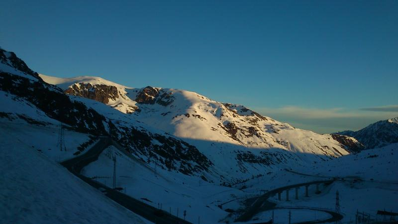 Primeros rayos de sol en la cara este del Pic Maia (2.640 metros)