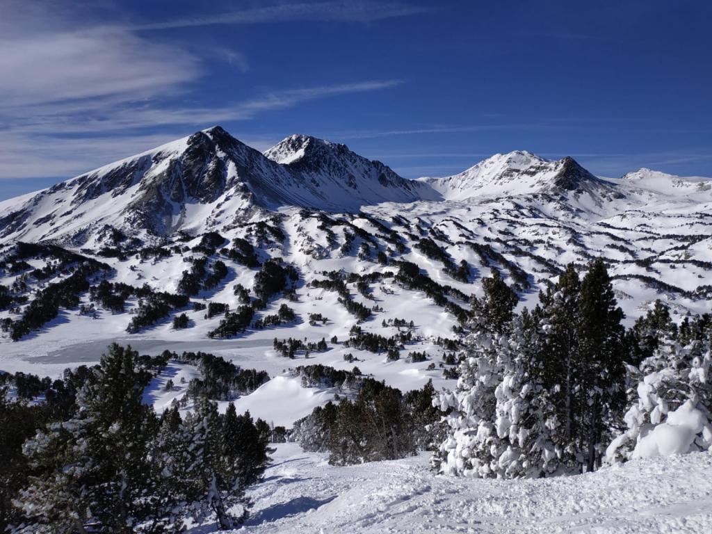 Campas de nieve al pie del Puig Peric