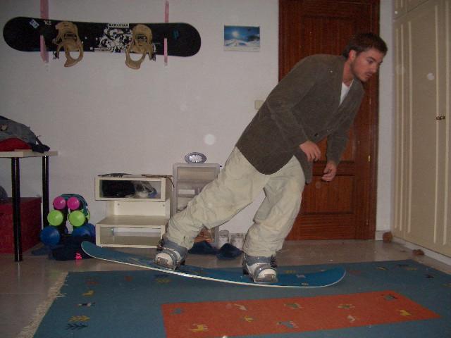 el nollie como en el skate es identico al ollie con la variación que sale de la parte delantera de la tabla en lugar de la trasera...