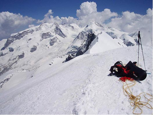 Continua el snowboard y el esquí de montaña en el descenso del Breithorn por Xabi y Poket