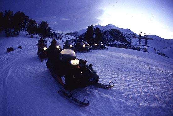 El sector de Vallnord ofrece la posibilidad de disfrutar de motos de nieve nocturnas y cenas al aire libre