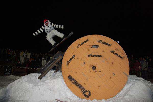 Este sabado competición nocturna de freestyle, abierta por primera vez al snowboard